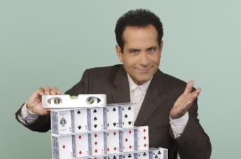 Tony Shalhoub intepreta il detective Adrian Monk