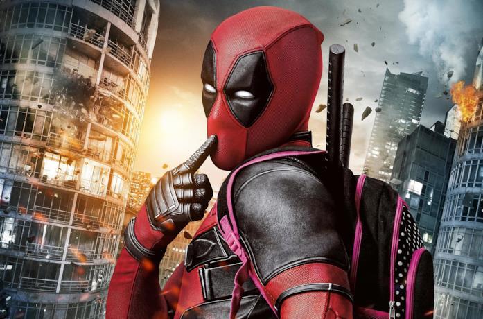 Deadpool trasporta uno zainetto rosa, mentre la città prende fuoco