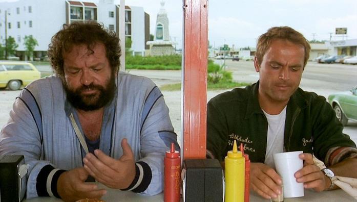 Bud Spencer e Terence Hill in una scena del film I due superpiedi quasi piatti