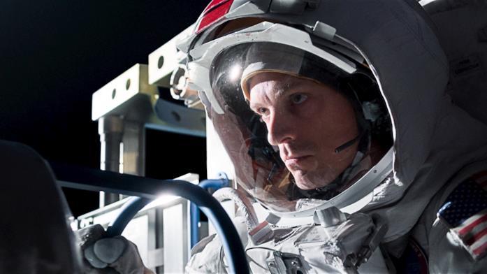 Un astronauta statunitense guida un veicolo