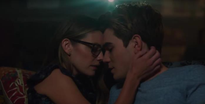 Archie e Miss Grundy in una scena intima di Riverdale