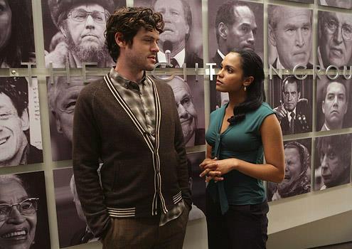 Eli Loker e Ria Torres in una scena di Lie to Me
