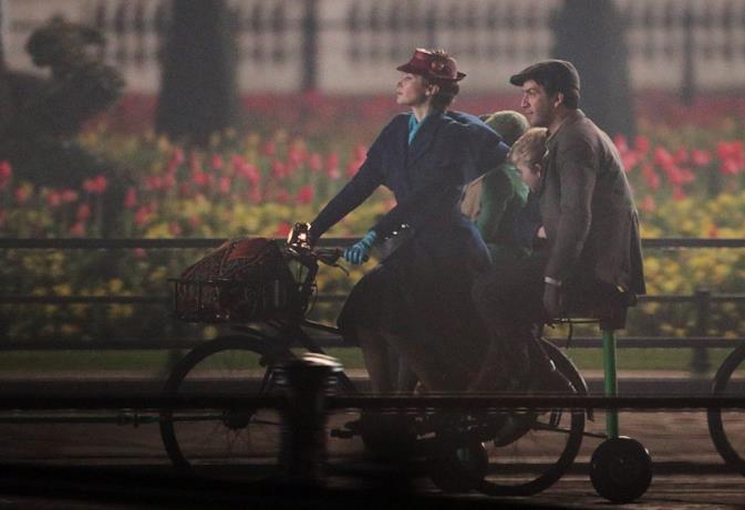 Emily Blunt e Lin-Manuel Miranda in bicicletta sul set di Mary Poppins