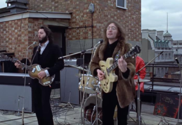 Paul McCartney e John Lennon sul tetto della sede della Apple Records per il Rootop Concert del 1969