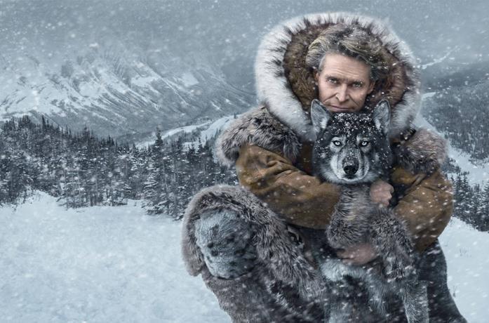Dafoe in un'immagine promozionale con l'husky di Togo