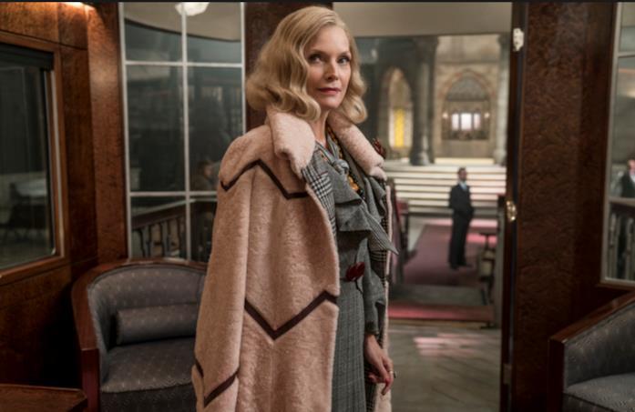 Mrs. Hubbard in una scena di Assassinio sull'Orient Express