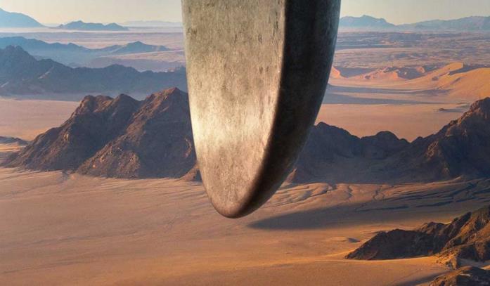 La parte inferiore dell'astronave aliena di Arrival fluttua sopra le cime innevate