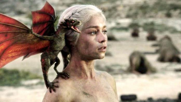Foto di Emilia Clarke/Daenerys Targaryen dalla prima stagione di Game of Thrones
