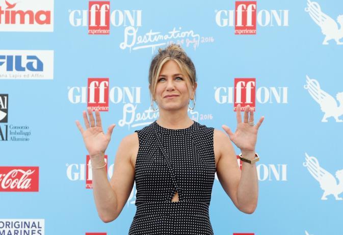 Jennifer Aniston al photocall del Giffoni Film Fest saluta i fotografi