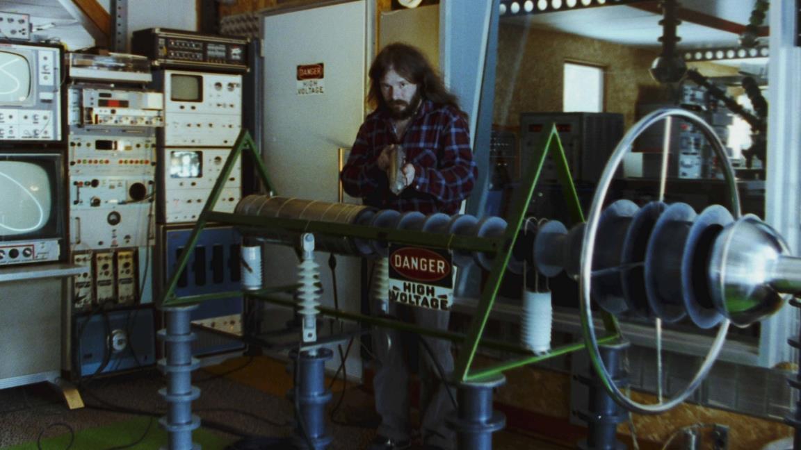 John Shepherd nel suo laboratorio in una scena del corto John e la musica per gli alieni