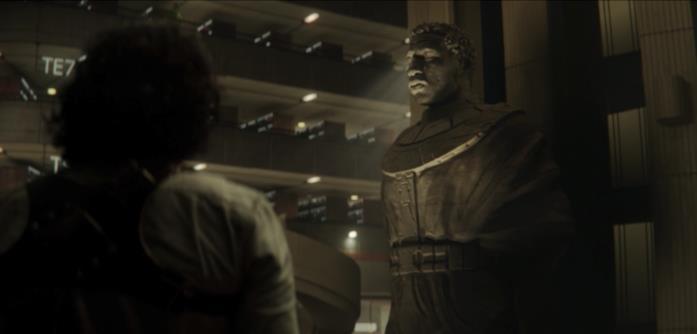 Loki guarda la statua di Kang
