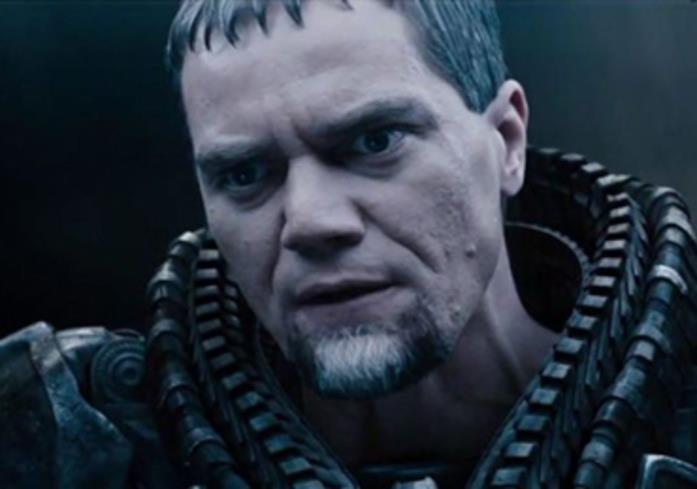 Primo piano di Michael Shannon nell'armatura del Generale Zod