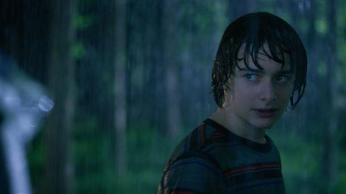 Will Byers sotto la pioggia in una scena di Stranger Things