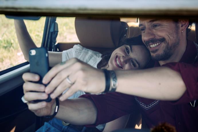 Selfie in macchina di Smutniak e Accorsi in Made in Italy