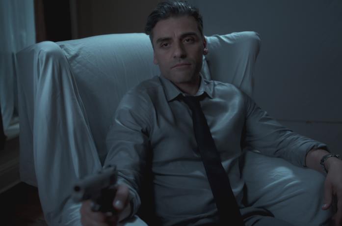 Oscar Isaac punta la pistola