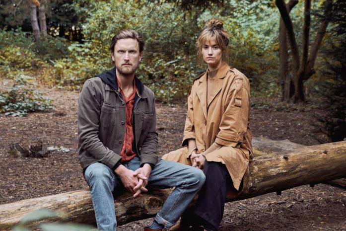 Mikkel Boe Følsgaard e Danica Curcic nella serie L'uomo delle castagne