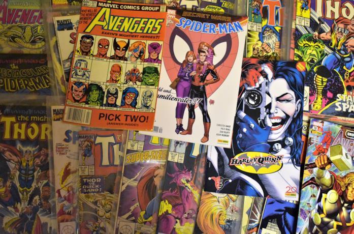 Uno scaffale pieno di fumetti Marvel e DC Comics
