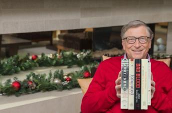 Bill Gates con i 5 libri da suggerire in mano