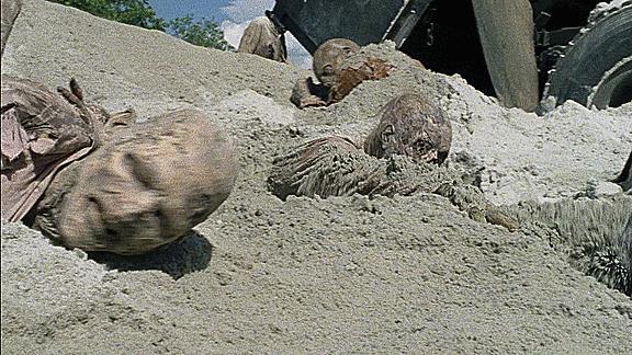 Zombie emergono dalla sabbia - GIF