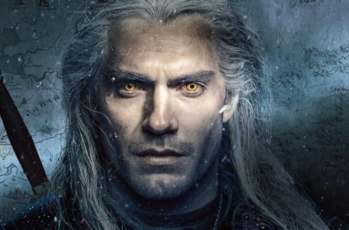 Geralt di Rivia guarda l'orizzonte, con alle spalle una cartina geografica