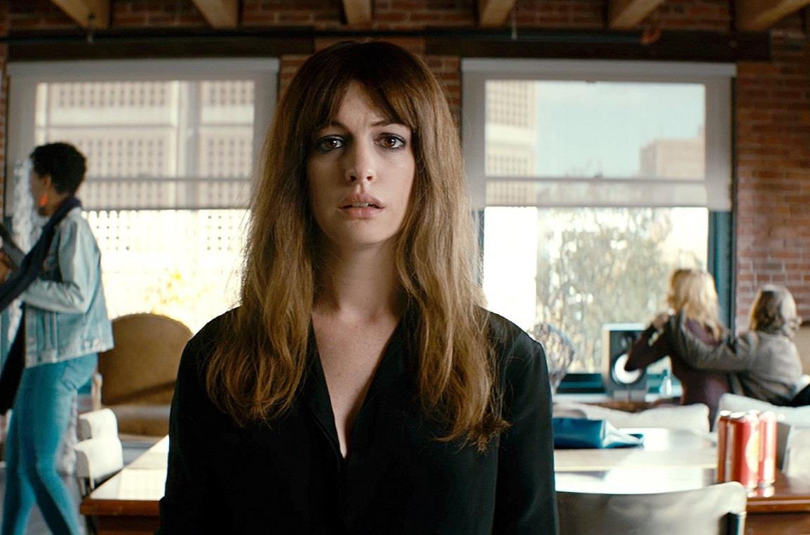 Anne Hathaway nel film Colossal del 2016
