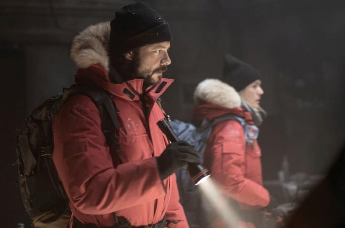 Álvaro Morte in una scena della serie The Head