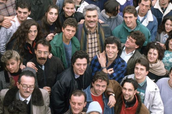 Vincenzo Muccioli circondato dai ragazzi di San Patrignano