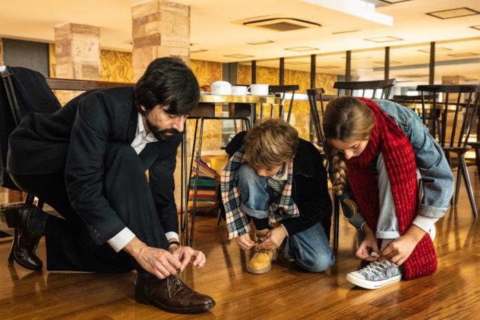 I protagonisti si allacciano le scarpe