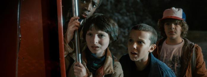Lucas, Mike, Undici e Dustin guardano preoccupati un potenziale pericolo in una scena della terza stagione