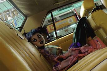 Una ragazza si è nascosta all'interno di una macchina