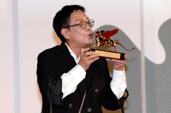 Ann Hui bacia il Leone d'Oro