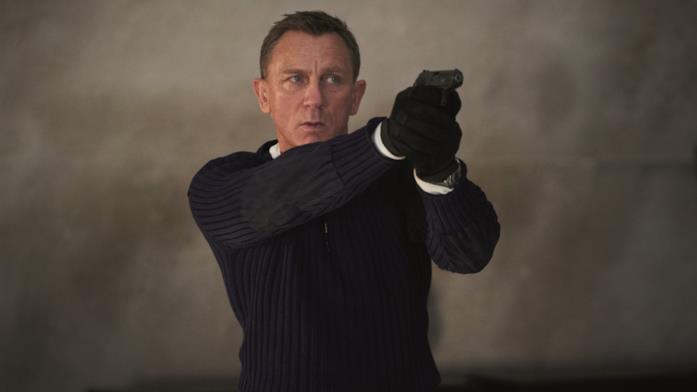 Daniel Craig con una pistola in mano in No Time to Die
