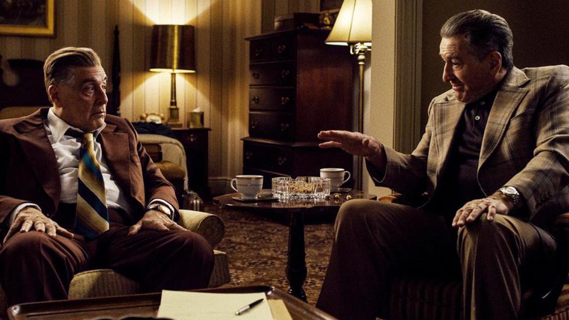 De Niro chiacchiera in una scena del film