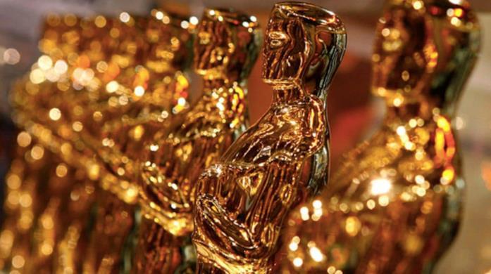 Una fila di lucenti statuette degli Academy Awards