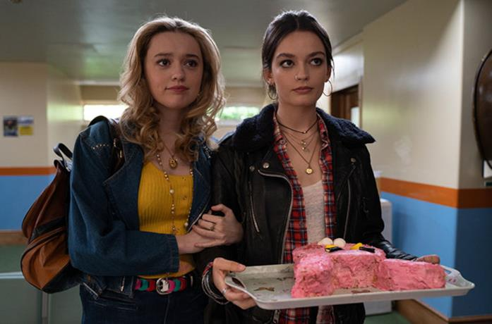 Maeve tiene una torta in una scena della seconda stagione