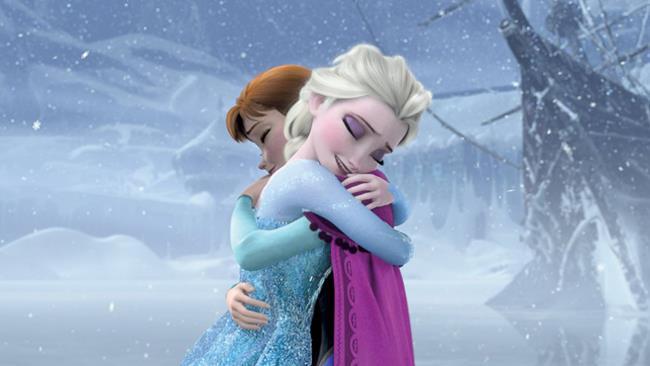 Un'immagine di Frozen - Il regno di ghiaccio che vede Elsa e Anna sciogliersi in un abbraccio