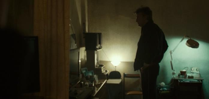 Max Tortora in una scena del film La terra dell'abbastanza