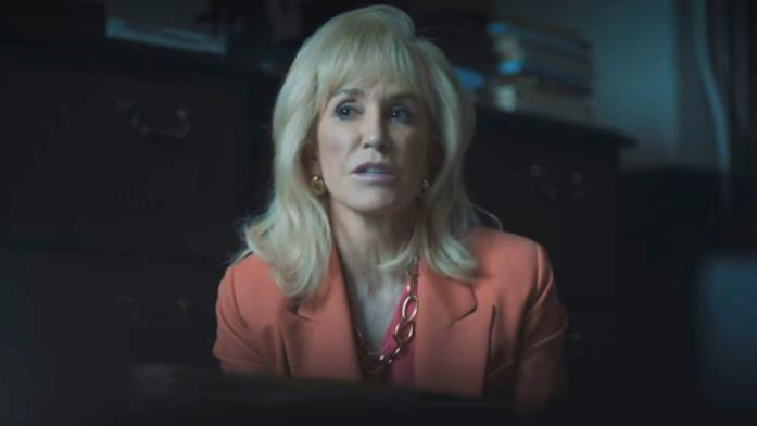 Una scena di When They See Us con Felicty Huffman che interpreta Linda Fairstein