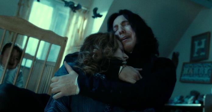 In un ricordo, Piton abbraccia piangendo disperato il cadavere di Lily Evans, appena uccisa da Voldemort