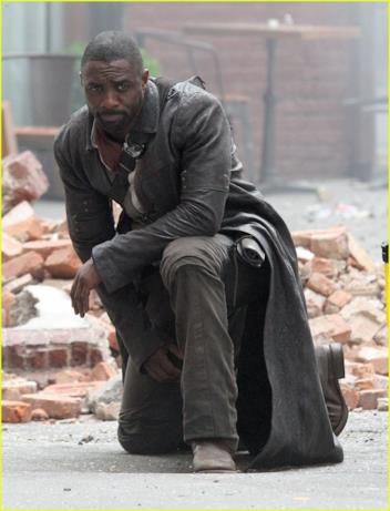 Idris Elba tra le macerie