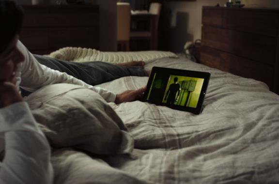 Una donna guarda in streaming Netflix