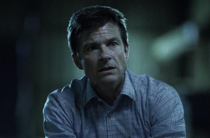 Martin Byrde, il protagonista di Ozark, sembra preoccupato per qualcosa