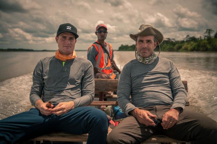 Un'immagine con Bob e Mack a bordo di un'imbarcazione durante uno dei loro viaggi
