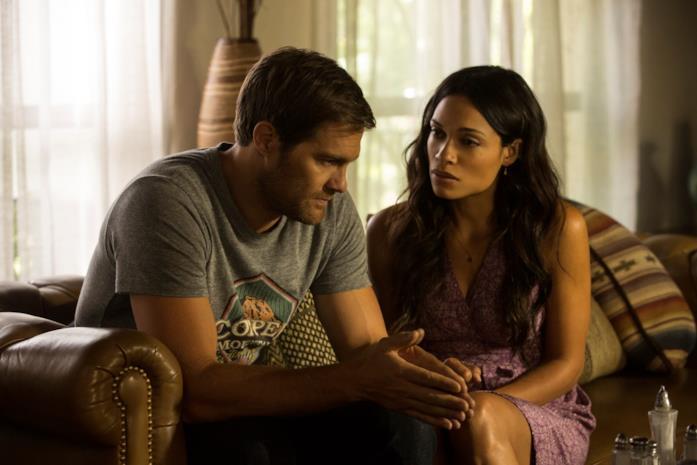 Geoff Stults e Rosario Dawson in una scena del film L'amore criminale