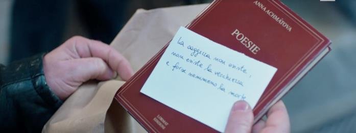 Valeria regala a Enrico il libro di Anna Achmatova