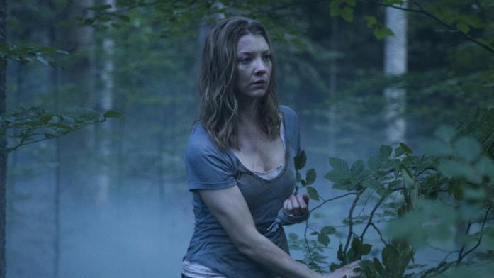 Sara si aggira da sola per la foresta