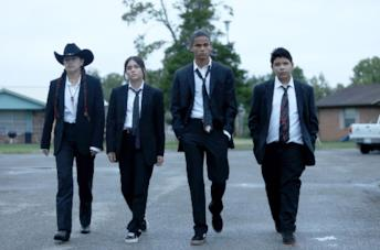 Devery Jacobs, Paulina Alexis, D'Pharaoh Woon-A-Tai e Lane Factor in una scena di Reservation Dogs