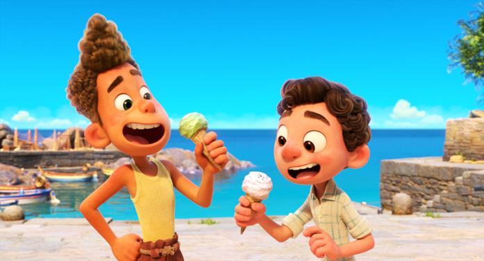 Una scena di Luca con i gelati al mare