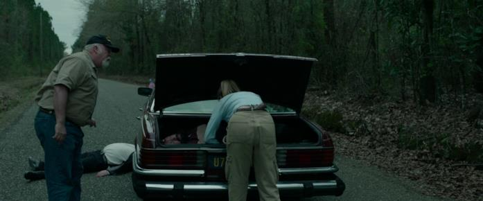 Crystal perquisisce il bagagliaio dove c'è il corpo senza vita di Gary