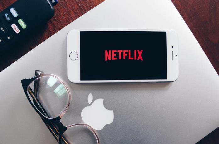 La condivisione dell'account Netflix nel mirino dell'azienda